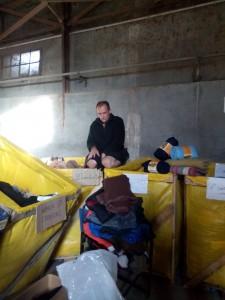 Im Lagerhaus suchen wir Decken, Bergstiefel und warme Jacken